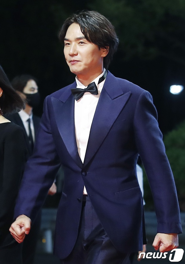 Siêu thảm đỏ LHP Busan: Song Joong Ki đụng độ bạn thân Song Hye Kyo, Han So Hee sexy vẫn bị chị đại U45 lộng lẫy giành spotlight - Ảnh 43.
