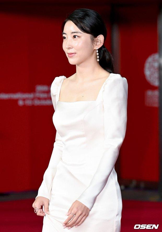 Siêu thảm đỏ LHP Busan: Song Joong Ki đụng độ bạn thân Song Hye Kyo, Han So Hee sexy vẫn bị chị đại U45 lộng lẫy giành spotlight - Ảnh 22.