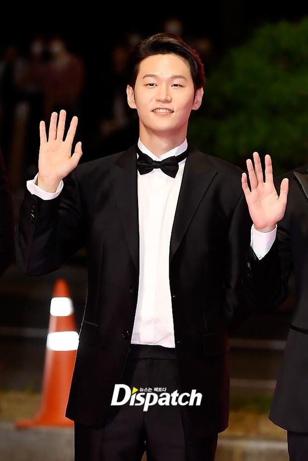 Siêu thảm đỏ LHP Busan: Song Joong Ki đụng độ bạn thân Song Hye Kyo, Han So Hee sexy vẫn bị chị đại U45 lộng lẫy giành spotlight - Ảnh 35.