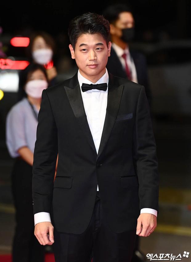 Siêu thảm đỏ LHP Busan: Song Joong Ki đụng độ bạn thân Song Hye Kyo, Han So Hee sexy vẫn bị chị đại U45 lộng lẫy giành spotlight - Ảnh 38.