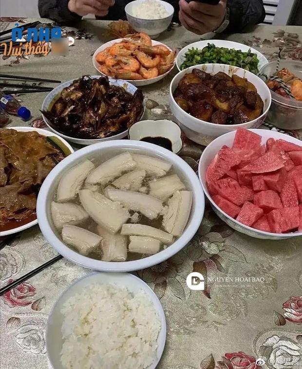 Được mời đến nhà bạn ăn cơm, vừa nhìn vào bát canh thì anh chàng câm nín, không dám ăn miếng nào cho tới lúc về - Ảnh 1.