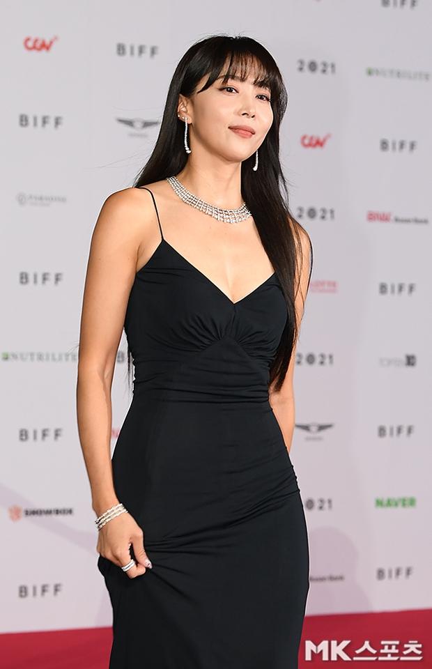 Siêu thảm đỏ LHP Busan: Song Joong Ki đụng độ bạn thân Song Hye Kyo, Han So Hee sexy vẫn bị chị đại U45 lộng lẫy giành spotlight - Ảnh 18.