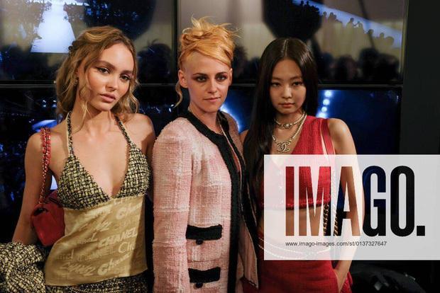 Sự kiện dìm sạch 3 nàng thơ Chanel chung khung hình, hậu trường hàng thật mới thấy Jennie lấn lướt Kristen Stewart thế nào - Ảnh 2.