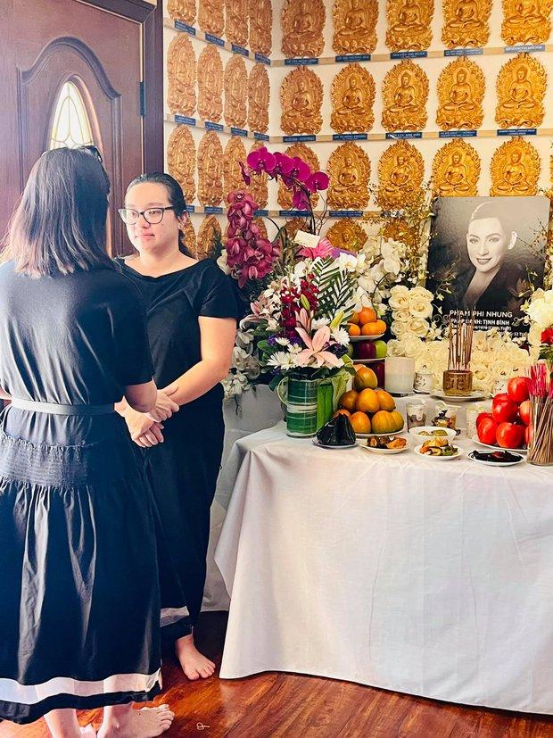 Con gái Phi Nhung lộ diện xanh xao, đôi mắt sưng húp vẫn cố túc trực lo chu toàn tang lễ cho mẹ tại Mỹ - Ảnh 2.
