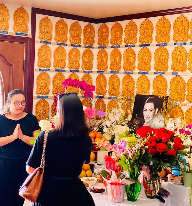 Con gái Phi Nhung lộ diện xanh xao, đôi mắt sưng húp vẫn cố túc trực lo chu toàn tang lễ cho mẹ tại Mỹ - Ảnh 3.