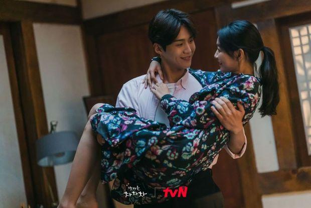 5 cặp đôi cưng muốn xỉu của Hometown Cha-Cha-Cha: Kim Seon Ho - Shin Min Ah chưa bằng trùm cuối - Ảnh 1.