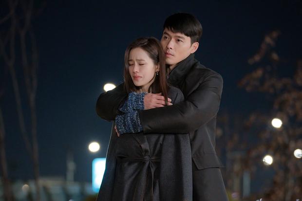 Hyun Bin từng bị soi bàn tay hư ở cảnh ôm Son Ye Jin, tình cảm lộ liễu quá đấy anh chị ơi! - Ảnh 1.