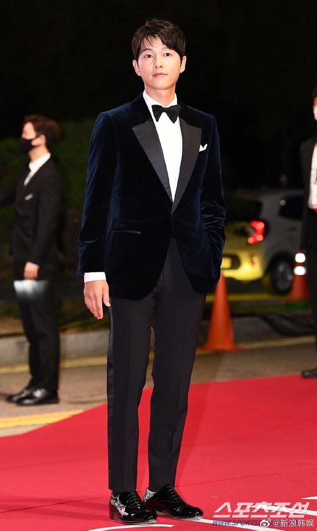 Màn đụng độ khó nói nhất LHP Busan: Song Joong Ki hack tuổi thần sầu, visual trái ngược hoàn toàn so với bạn thân cũ Yoo Ah In - Ảnh 2.