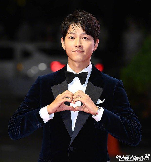 Màn đụng độ khó nói nhất LHP Busan: Song Joong Ki hack tuổi thần sầu, visual trái ngược hoàn toàn so với bạn thân cũ Yoo Ah In - Ảnh 4.