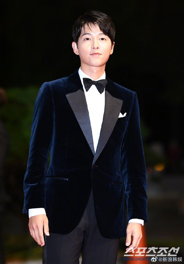 Màn đụng độ khó nói nhất LHP Busan: Song Joong Ki hack tuổi thần sầu, visual trái ngược hoàn toàn so với bạn thân cũ Yoo Ah In - Ảnh 3.