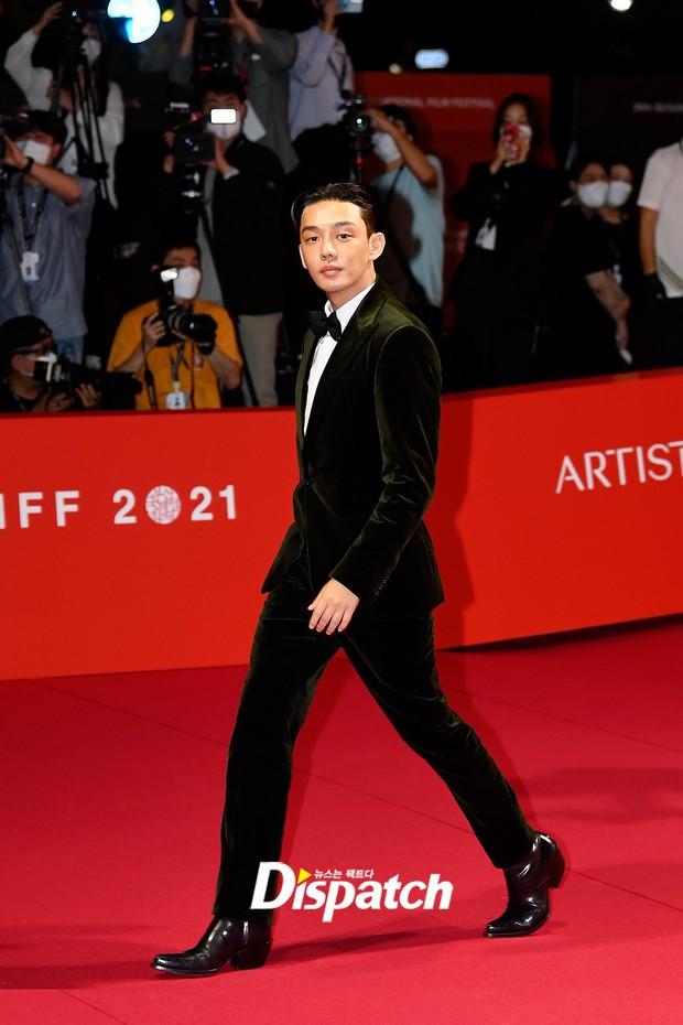 Màn đụng độ khó nói nhất LHP Busan: Song Joong Ki hack tuổi thần sầu, visual trái ngược hoàn toàn so với bạn thân cũ Yoo Ah In - Ảnh 6.