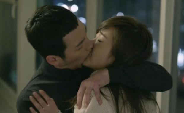 8 nụ hôn sượng trân nhất phim Hàn: Người nhai mồm bạn diễn, kẻ đơ tới muốn đập màn hình - Ảnh 7.