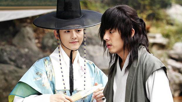 Màn đụng độ khó nói nhất LHP Busan: Song Joong Ki hack tuổi thần sầu, visual trái ngược hoàn toàn so với bạn thân cũ Yoo Ah In - Ảnh 9.