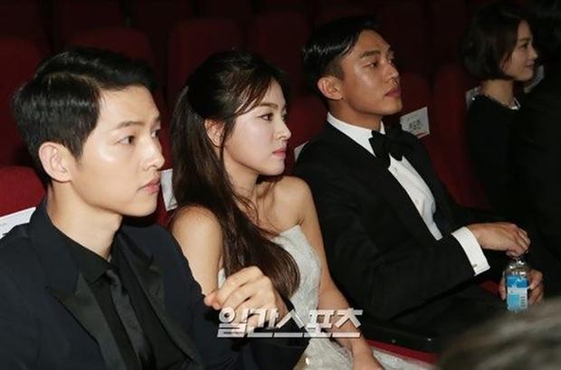 Màn đụng độ khó nói nhất LHP Busan: Song Joong Ki hack tuổi thần sầu, visual trái ngược hoàn toàn so với bạn thân cũ Yoo Ah In - Ảnh 10.