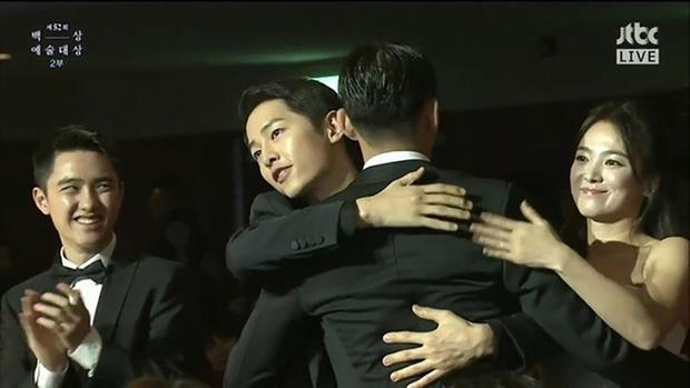 Màn đụng độ khó nói nhất LHP Busan: Song Joong Ki hack tuổi thần sầu, visual trái ngược hoàn toàn so với bạn thân cũ Yoo Ah In - Ảnh 11.