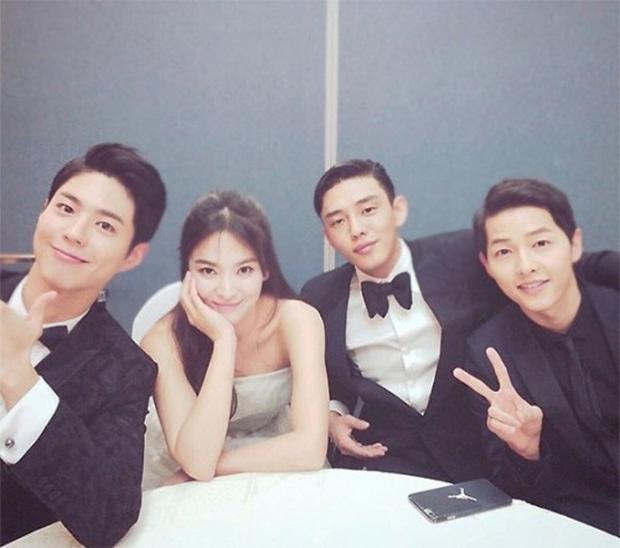Màn đụng độ khó nói nhất LHP Busan: Song Joong Ki hack tuổi thần sầu, visual trái ngược hoàn toàn so với bạn thân cũ Yoo Ah In - Ảnh 12.