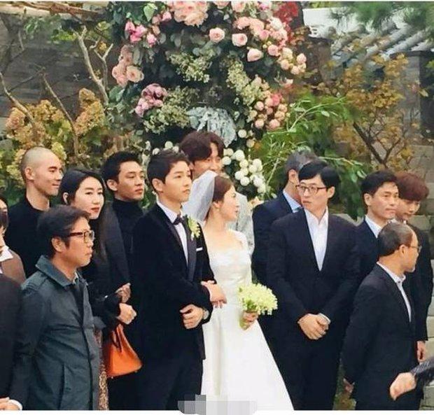 Màn đụng độ khó nói nhất LHP Busan: Song Joong Ki hack tuổi thần sầu, visual trái ngược hoàn toàn so với bạn thân cũ Yoo Ah In - Ảnh 13.