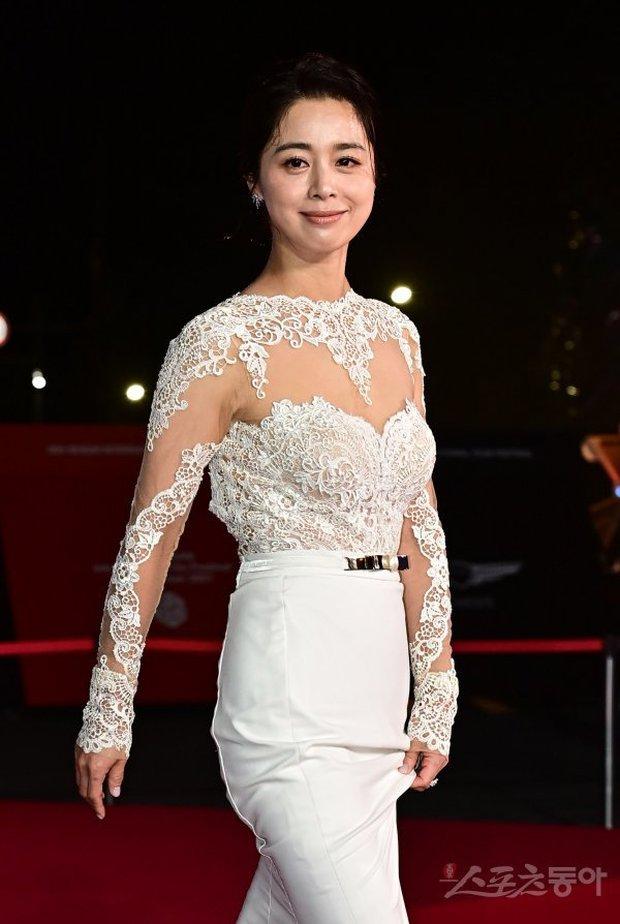 Siêu thảm đỏ LHP Busan: Song Joong Ki đụng độ bạn thân Song Hye Kyo, Han So Hee sexy vẫn bị chị đại U45 lộng lẫy giành spotlight - Ảnh 31.