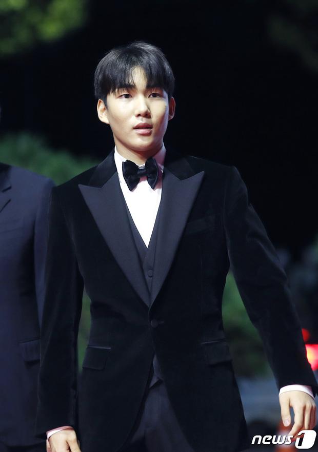 Siêu thảm đỏ LHP Busan: Song Joong Ki đụng độ bạn thân Song Hye Kyo, Han So Hee sexy vẫn bị chị đại U45 lộng lẫy giành spotlight - Ảnh 39.