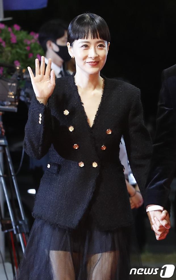 Siêu thảm đỏ LHP Busan: Song Joong Ki đụng độ bạn thân Song Hye Kyo, Han So Hee sexy vẫn bị chị đại U45 lộng lẫy giành spotlight - Ảnh 26.