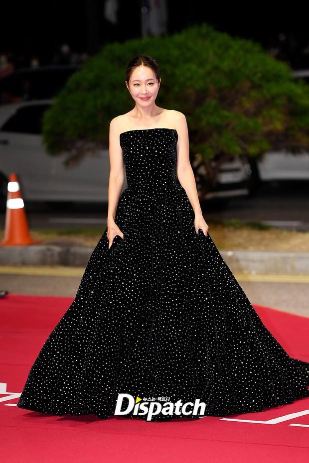 Siêu thảm đỏ LHP Busan: Song Joong Ki đụng độ bạn thân Song Hye Kyo, Han So Hee sexy vẫn bị chị đại U45 lộng lẫy giành spotlight - Ảnh 10.