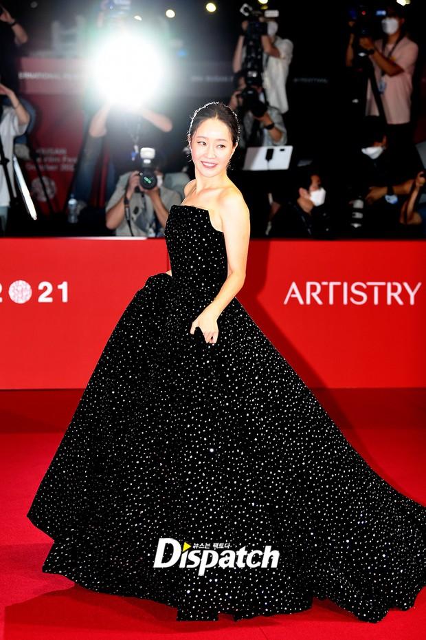 Siêu thảm đỏ LHP Busan: Song Joong Ki đụng độ bạn thân Song Hye Kyo, Han So Hee sexy vẫn bị chị đại U45 lộng lẫy giành spotlight - Ảnh 11.