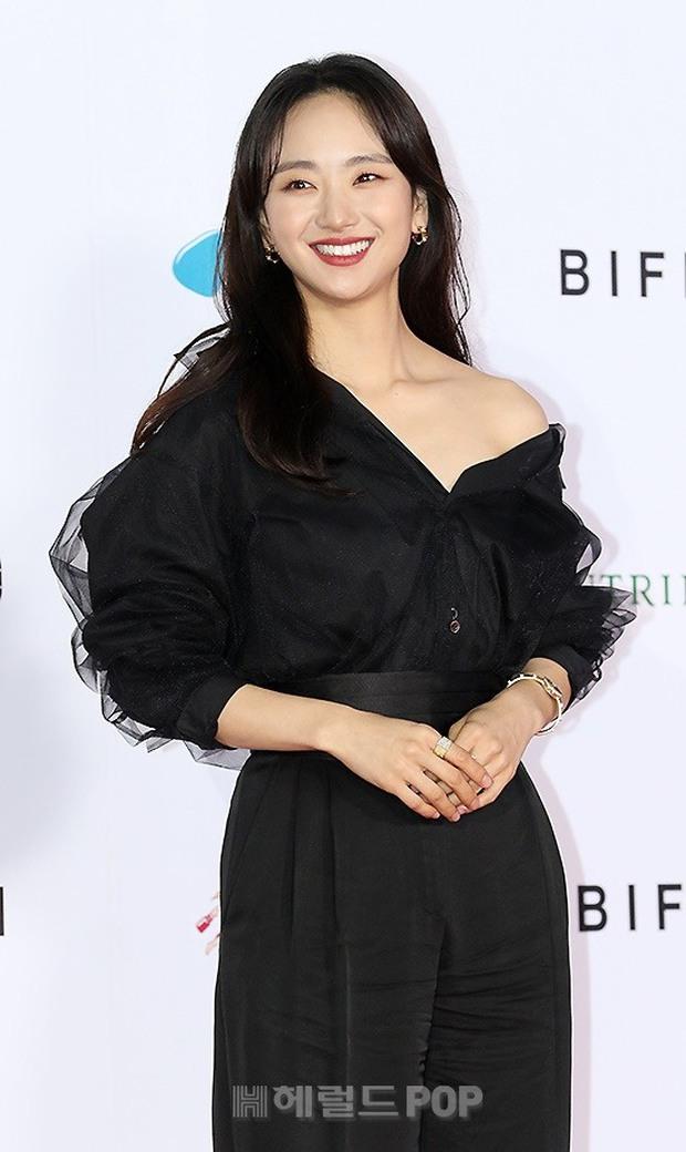 Siêu thảm đỏ LHP Busan: Song Joong Ki đụng độ bạn thân Song Hye Kyo, Han So Hee sexy vẫn bị chị đại U45 lộng lẫy giành spotlight - Ảnh 21.