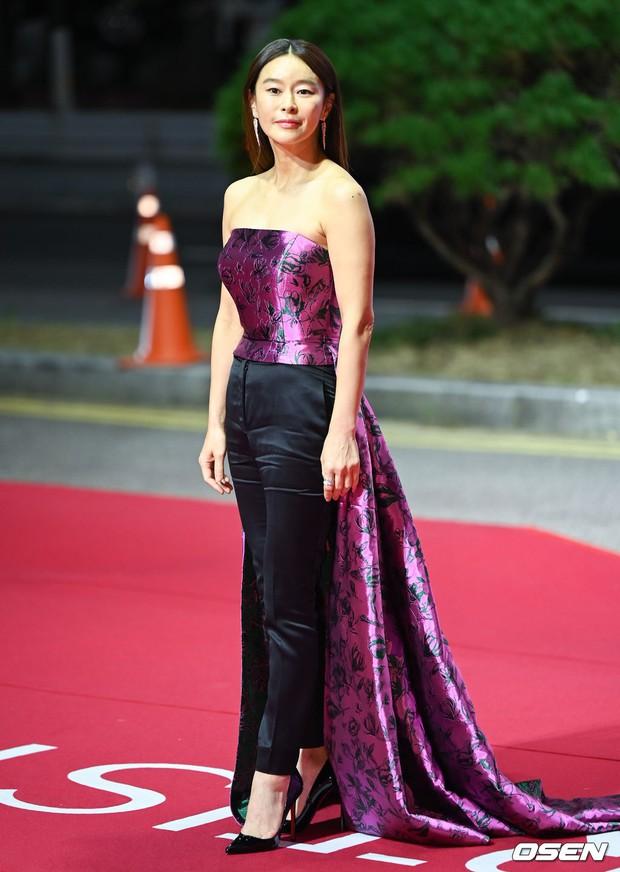 Siêu thảm đỏ LHP Busan: Song Joong Ki đụng độ bạn thân Song Hye Kyo, Han So Hee sexy vẫn bị chị đại U45 lộng lẫy giành spotlight - Ảnh 30.
