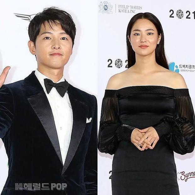 Rần rần clip Song Joong Ki ngoái đầu ngắm tình tin đồn Jeon Yeo Bin trên thảm đỏ LHP Busan, hậu trường còn thân mật hơn? - Ảnh 6.