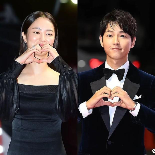 Rần rần clip Song Joong Ki ngoái đầu ngắm tình tin đồn Jeon Yeo Bin trên thảm đỏ LHP Busan, hậu trường còn thân mật hơn? - Ảnh 7.