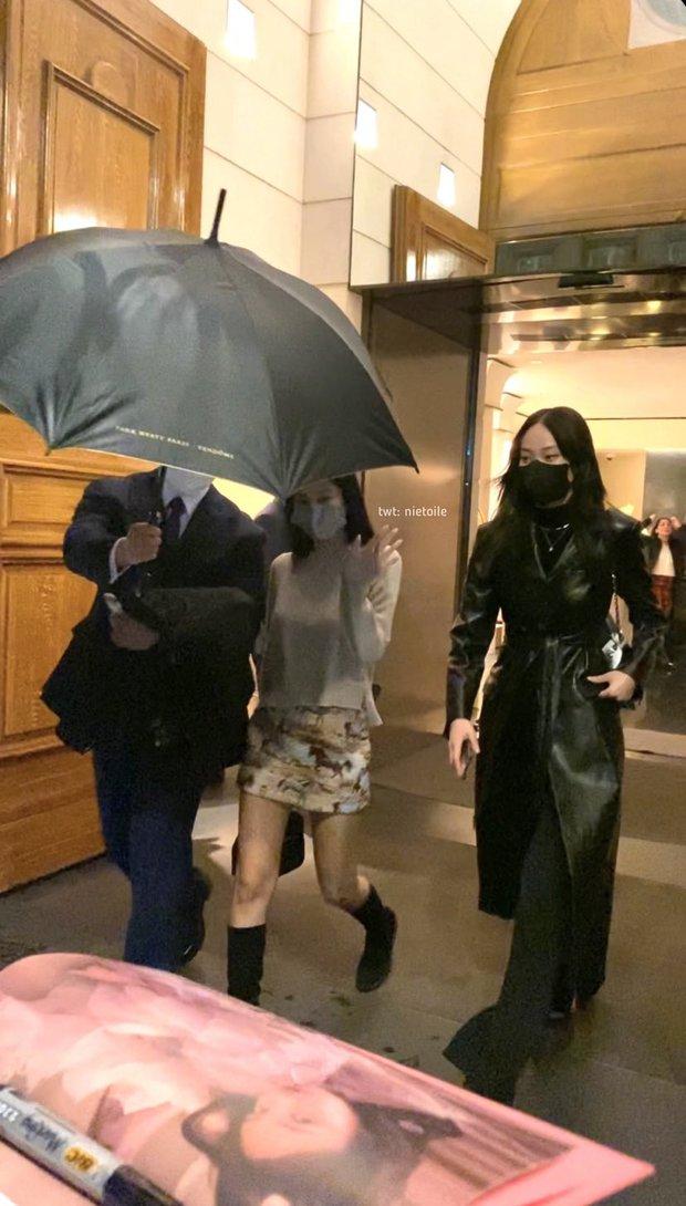 Jennie (BLACKPINK) diện đồ siêu ảo đi chơi ở Paris: Tưởng kín bưng nhưng quay phía sau lưng có giống như ăn cú lừa không? - Ảnh 2.