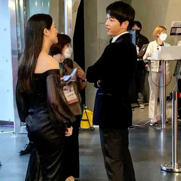 Rần rần clip Song Joong Ki ngoái đầu ngắm tình tin đồn Jeon Yeo Bin trên thảm đỏ LHP Busan, hậu trường còn thân mật hơn? - Ảnh 4.