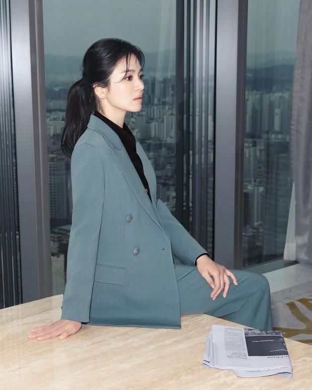 Song Joong Ki vừa liếc mắt đưa tình với bạn gái tin đồn, Song Hye Kyo liền có luôn động thái: Là cố ý hay trùng hợp đây? - Ảnh 7.