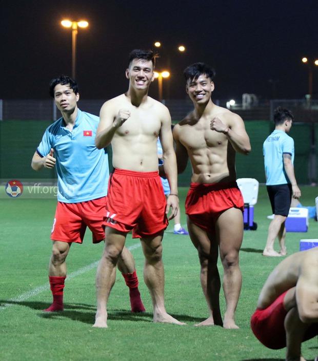 Văn Thanh, Tiến Linh cùng dàn tuyển thủ Việt khoe body 6 múi siêu phẩm, làm nóng trước trận đấu gặp Trung Quốc? - Ảnh 4.