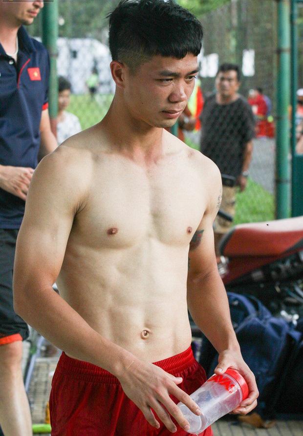 Văn Thanh, Tiến Linh cùng dàn tuyển thủ Việt khoe body 6 múi siêu phẩm, làm nóng trước trận đấu gặp Trung Quốc? - Ảnh 7.