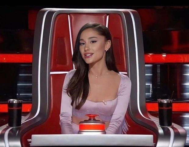 Tấm chiếu mới Ariana Grande: Phá hợp đồng, ngơ ngác vì bị chơi khăm, tuyên bố sẽ đi đẻ vì thí sinh! - Ảnh 1.