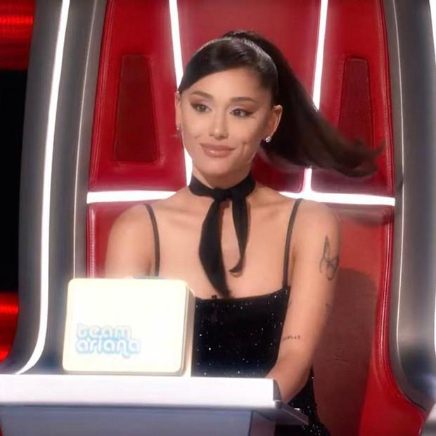 Tấm chiếu mới Ariana Grande: Phá hợp đồng, ngơ ngác vì bị chơi khăm, tuyên bố sẽ đi đẻ vì thí sinh! - Ảnh 2.