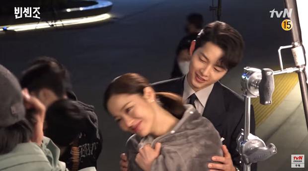 Rần rần clip Song Joong Ki ngoái đầu ngắm tình tin đồn Jeon Yeo Bin trên thảm đỏ LHP Busan, hậu trường còn thân mật hơn? - Ảnh 11.