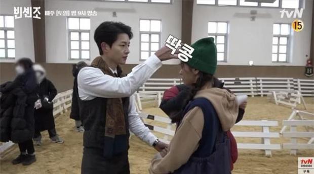 Rần rần clip Song Joong Ki ngoái đầu ngắm tình tin đồn Jeon Yeo Bin trên thảm đỏ LHP Busan, hậu trường còn thân mật hơn? - Ảnh 12.