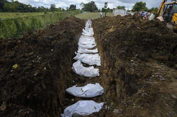 Nhói lòng bức ảnh mộ tập thể 15 thi thể người di cư chết lúc băng rừng đến Mỹ, miền đất hứa chưa thấy đã lại về với đất mẹ - Ảnh 1.