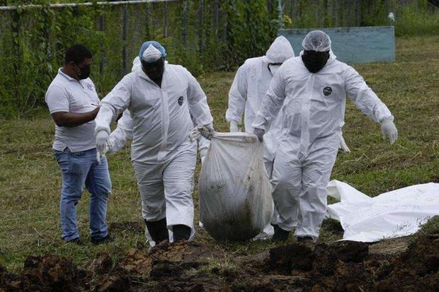Nhói lòng bức ảnh mộ tập thể 15 thi thể người di cư chết lúc băng rừng đến Mỹ, miền đất hứa chưa thấy đã lại về với đất mẹ - Ảnh 2.