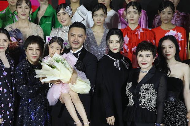 Sự kiện hot nhất Cbiz hôm nay: Phạm Băng Băng khoe khí chất đẳng cấp, đè bẹp vợ và con dâu trùm mafia Hong Kong khét tiếng - Ảnh 3.