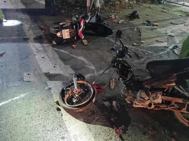 Hai xe máy tông nhau làm 2 người chết, 3 trọng thương - Ảnh 1.