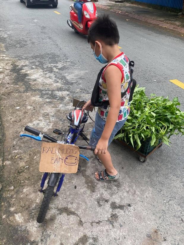 Không có điện thoại học online, cậu bé đẩy xe bán rau phụ mẹ: Đôi chân khiến tất cả đau lòng - Ảnh 3.