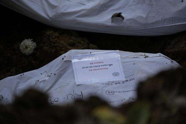 Nhói lòng bức ảnh mộ tập thể 15 thi thể người di cư chết lúc băng rừng đến Mỹ, miền đất hứa chưa thấy đã lại về với đất mẹ - Ảnh 7.