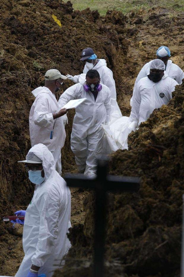 Nhói lòng bức ảnh mộ tập thể 15 thi thể người di cư chết lúc băng rừng đến Mỹ, miền đất hứa chưa thấy đã lại về với đất mẹ - Ảnh 8.