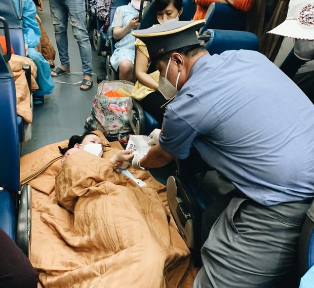 Sản phụ sinh con trên chuyến tàu nghĩa tình từ TP.HCM về quê Quảng Bình - Ảnh 2.