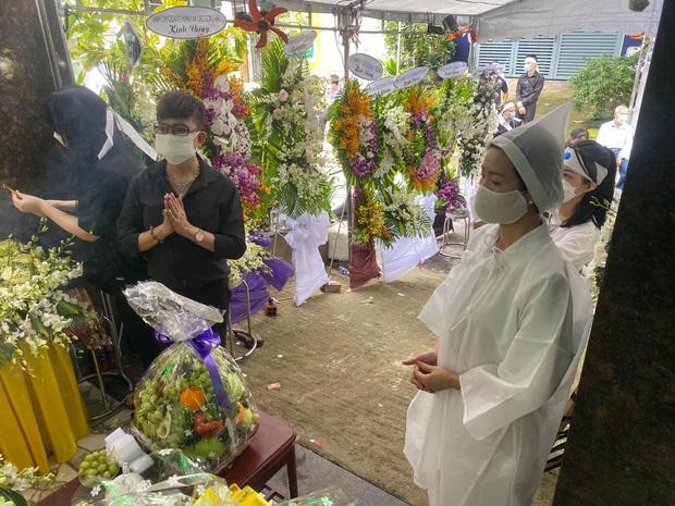 Trịnh Kim Chi tiều tuỵ, buồn bã trong tang lễ mẹ ruột, Long Nhật thành kính đến chia buồn - Ảnh 4.