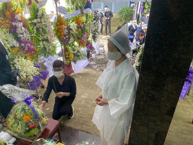 Trịnh Kim Chi tiều tuỵ, buồn bã trong tang lễ mẹ ruột, Long Nhật thành kính đến chia buồn - Ảnh 3.