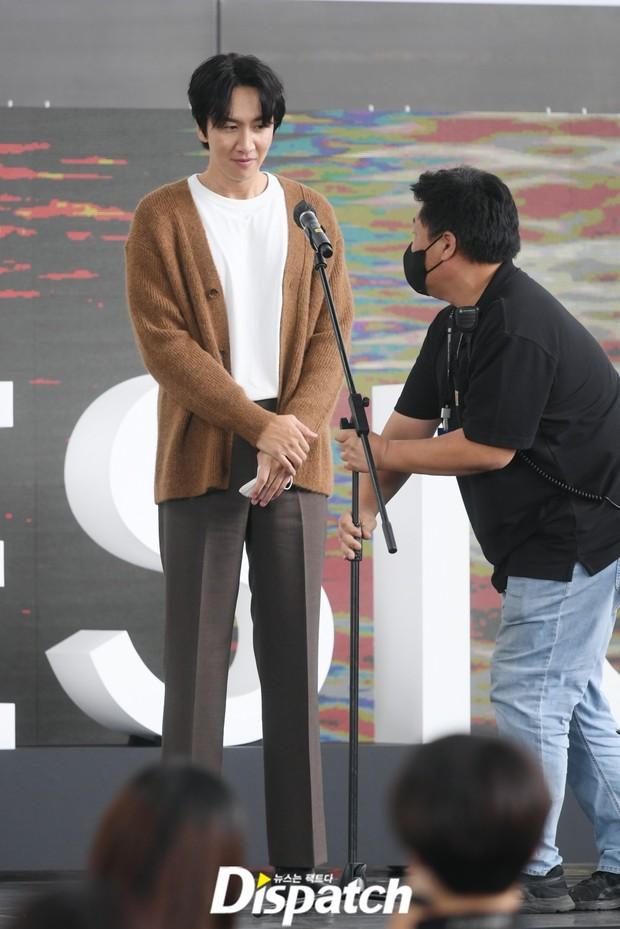 Dàn sao đổ bộ lễ ra mắt phim ở LHP Busan: Hươu cao cổ Lee Kwang Soo như người khổng lồ, Han So Hee đẹp phát sáng cả sân khấu - Ảnh 5.